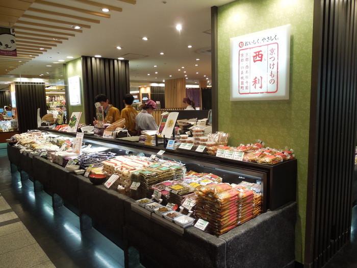 京つけもの西利の漬物は、京都駅ビル地下1階や近鉄京都駅構内にも店舗があり、手に入りやすくおすすめ。駅ビル内のザ・キューブ店では食事もできる「味わい処」もあります◎