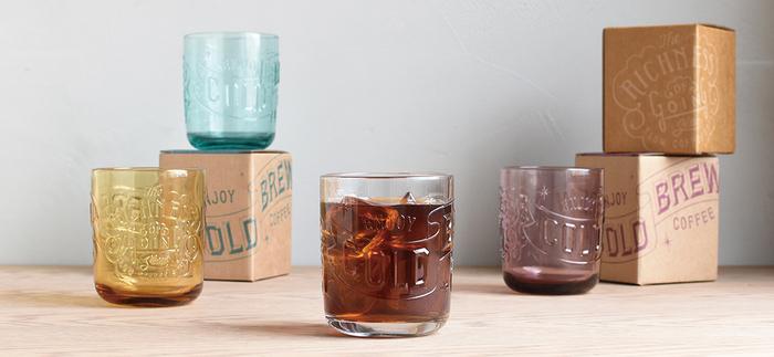 「COLD BREW(水出し)」と文字が刻まれた、まさにアイスコーヒーのために造られたようなカップ。アンバーやパープルなど、珈琲の色とよく合いそうなラインナップが素敵です。
