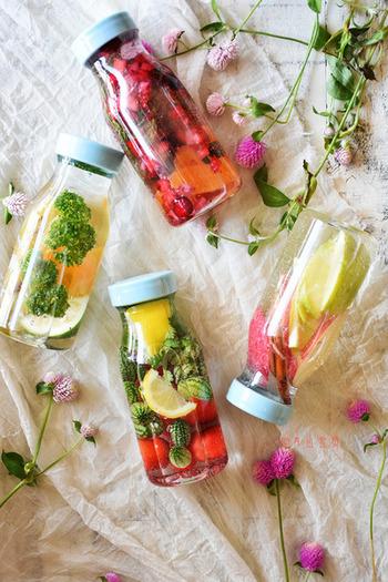 夏野菜やフルーツ、ハーブを炭酸水で満たして、まるでハーバリウムのように閉じ込めたボトルがきれい!夏の美肌&デトックスにぴったりのドリンクです。ドライフルーツで作るものを「フォンダンウォーター」というそうですよ。