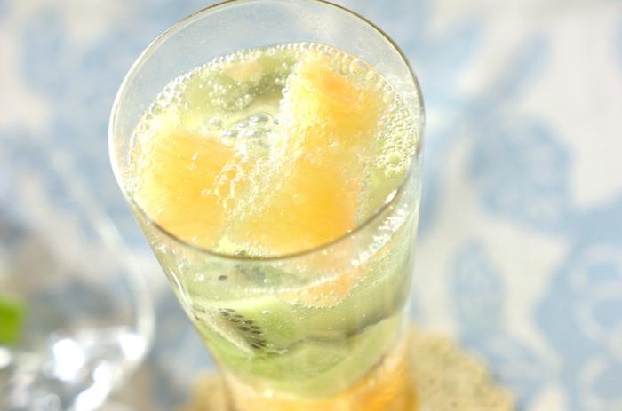 こちらはグレープフルーツとキウイの果肉をたっぷり使って。蜂蜜で甘みをつけ、ホワイトキュラソーで大人の香りづけ。