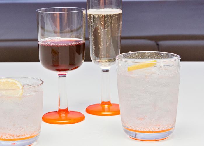 夏の陽ざしの下、ベランダやガーデンでオープンカフェ気分を味わいたいとき。ガラスの食器を外で使うのは心配…そんなときには樹脂製のグラスやタンブラーはいかがですか?ガラスのような透明度、なのに倒しても割れません。子どもたちと一緒のホームパーティでも、安心してお客様に出せますね。