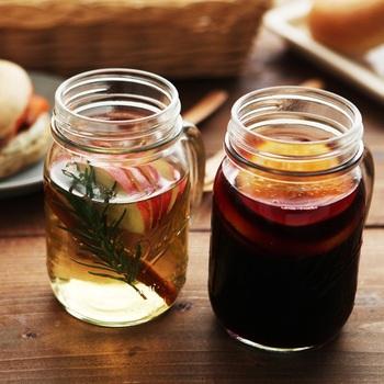 フルーツやハーブをたっぷり入れたドリンクカフェ風ドリンクによく合うグラスといえばやっぱり、すでに定番となったメイソンジャー。しっかり密封することができるので、フルーツやハーブを浸したまま冷蔵庫に入れても安心。もちろん写真映えするデザインの魅力も健在!