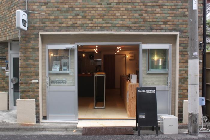 はじめにご紹介するのは、銀座線・稲荷町駅から徒歩約5分の路地裏に佇む「ベジタブルコーポレーション」。店内にカフェを併設した、音楽レーベル「ベジタブルレコード」の直営店です。