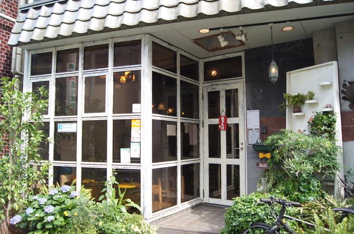 続いては西武新宿線の新井薬師駅から徒歩7分ほどの場所に位置する「らんぱだ」。こちらはカフェでさまざまなオーガニック・メニューが味わえるとともに、オリジナル&世界各国の「照明」を見て、触れて、買うことができます!