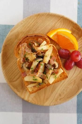 定番メニュー、きのこのバター醤油をこんがり焼いたトーストの上に!サクサクの食パンときのこの食感は相性抜群!食べ応えも◎。フルーツと一緒にワンプレートにすれば、お洒落な朝食に…。
