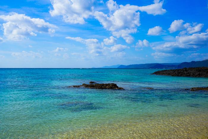 鹿児島県に属する奄美大島。アマミンブルーとも呼ばれる美しい海が魅力の離島です。そんな奄美大島には、絶景を見られるスポットだけでなく、大河ドラマで話題の西郷隆盛ゆかりのスポットや、伝統工芸や地酒に触れることのできる場所など魅力ある観光スポットがたくさんあります。