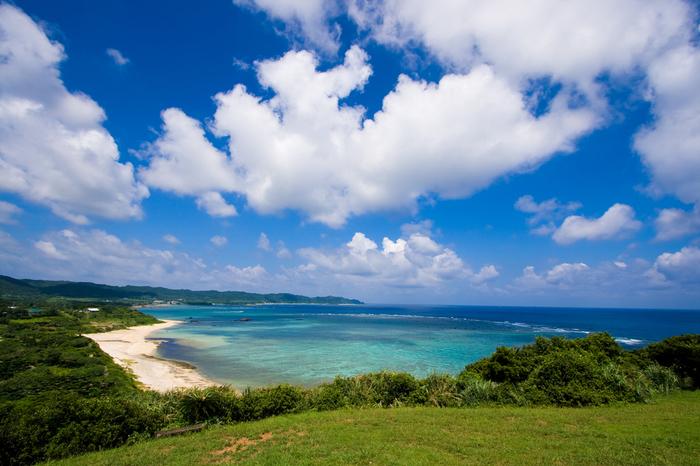 新鹿児島百景のひとつでもあり、奄美十景にも数えられる「あやまる岬観光公園」の景勝。奄美大島ならでは美しい海を眺めながら、その開放感溢れる絶景をぜひ目に焼き付けてくださいね。