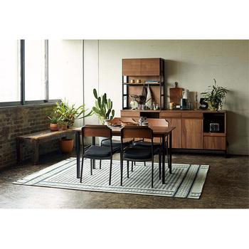 ヴィンテージ感あふれる、HOXTONシリーズのダイニングテーブル。メタルとウッド、ふたつの異なる素材のコントラストが魅力です。