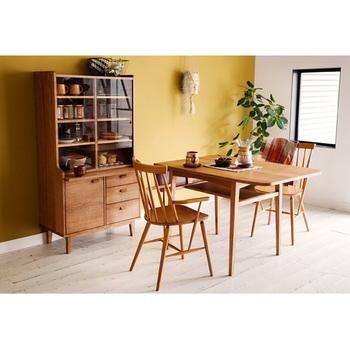 北欧ヴィンテージスタイルのシリーズ・KURT。テーブルは角が丸まっているので、子供にも安心。同じく丸みを帯びたチェアと組み合わせて、柔らかく優しい雰囲気のダイニング。