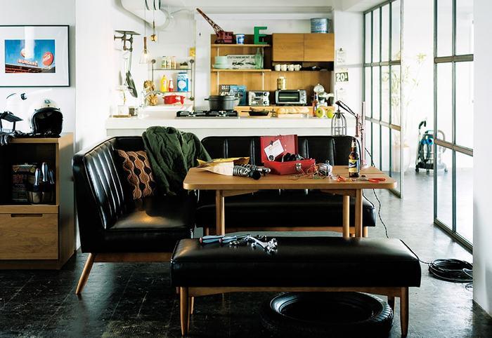 WYTHEシリーズのダイニングテーブル。ヴィンテージスタイルのレザーのソファ&ベンチと合わせれば、まるでカフェのような空間に♪