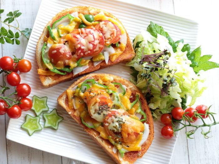 香ばしい全粒粉のパンの上には色鮮やかな夏野菜がたっぷり!細切りチーズとチェダーチーズ、2種類のチーズを使うことでコクのある仕上がりに…。家庭菜園などで育てたとれたてのお野菜を使って作ってみてはいかがでしょう。