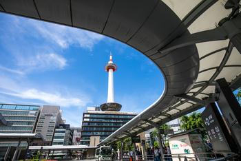 舞妓さん御用達ブランドもあるからか、京都はコスメ土産も人気。京都駅構内や京都駅から徒歩数分にある京都タワー内にも、京コスメが買えるお店があります◎