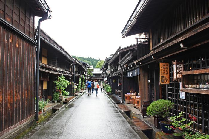 岐阜県の飛騨地方に位置する高山市。中でも江戸時代から城下町、商人町として発達してきた上町、下町の三筋の町並みを合わせ「古い町並」と呼び、これらの趣のある町並みは、国選定重要伝統的建造物群保存地区として保護されています。
