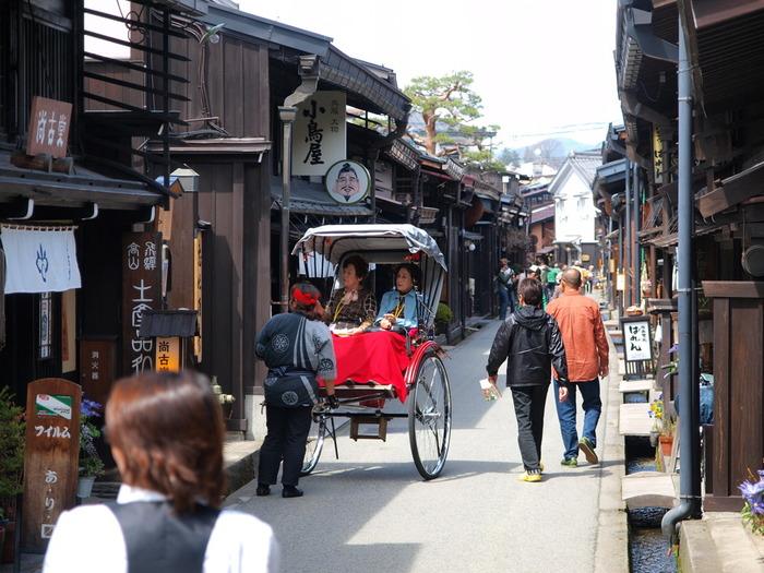用水路が流れ、出格子のある町家風の建物など、風情ある景観は「飛騨の小京都」とも呼ばれ、連日多くの観光客が訪れています。古い町並みをゆったり徒歩で散策するのも素敵ですが、人力車での観光も人気があり、他にも食べ歩き、ショッピングなど、楽しみもいっぱい。