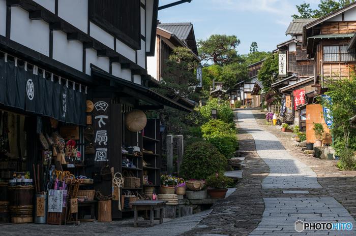 JR中津川駅からバスで約25分。石畳の坂道は、上からの眺めも素敵ですが下からの眺めも◎。他にも、文豪 島崎藤村の生家の藤村記念館や馬籠脇本陣資料館などの観光施設や、お土産屋さんや雑貨屋さん巡りをしたり、レトロなカフェでお茶したり、食べ歩きも人気があります。