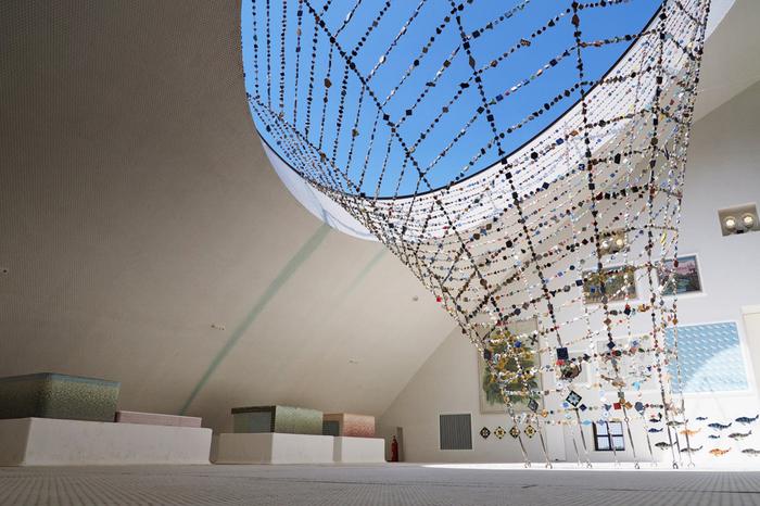 内部の展示も工夫されており、中でも4階の床から天井まで白いタイルに覆われた空間は実は半屋外になっており、実に開放的。