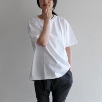 シンプルだからこそ、難しく感じてしまう真っ白なTシャツ。着こなしによってはカジュアルすぎてしまう印象がありますが、ポイントを掴んで着こなすだけで、簡単にトレンド感のあるスタイルが生まれます。