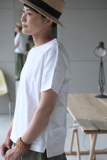 張りのある生地感により、一枚でさらりと着るだけでこなれ感が出ます!小物使いで個性を出して、上級のおしゃれが楽しめるTシャツです。