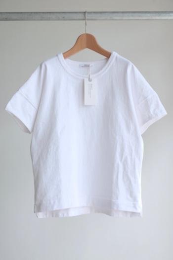 メイドインジャパンにこだわったSBTRACTのTシャツ。程よい身幅の広さとドロップショルダーが印象的な一枚。
