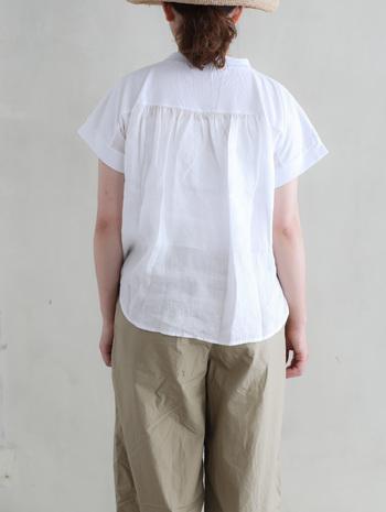 また、質の良いアメリカンコットンを使用し、背中部分の切り替えからふんわしとしたリネン生地が使用されており、とても涼しげな一枚に仕上がっています。普段Tシャツを着ないという方にもおすすめです。