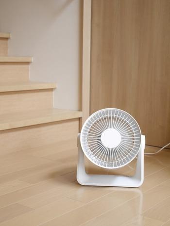 扇風機を上手に使って部屋の中の熱気を逃しましょう。この時、熱気がこもりがちな階段など窓のない場所も忘れずに行う事がポイントです。