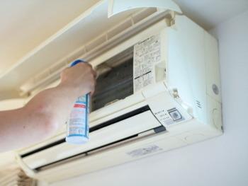 ホコリがたまってしまうと、エアコンがフル稼働してしまいます。定期的にエアコンの掃除をすることで、電気代の節約をすることができますよ。