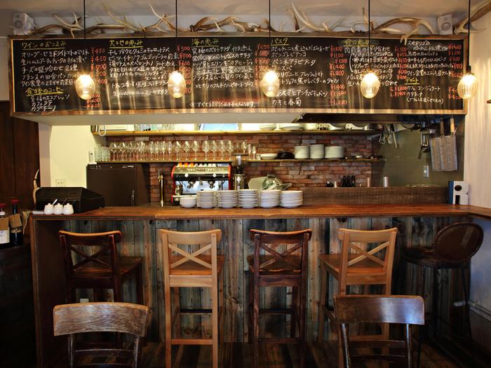 自然派ワイン食堂の「レインカラー」は、東横線・学芸大学駅から徒歩3分のところにある、ゆっくりとした時間が流れるナチュラルテイストなお店。