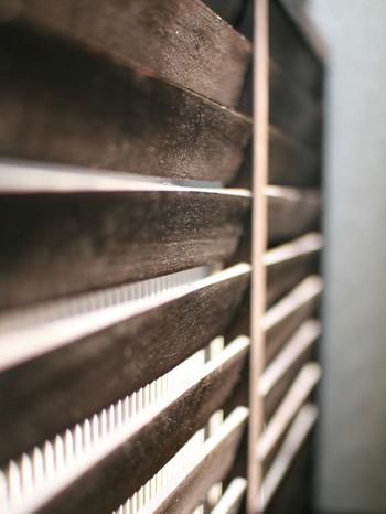 室外機カバーを取り付けるだけではなく、ルーバーの向きが逆になっていることがポイントです。ルーバーが逆になっていることで、熱風の向きを上向きにしてくれる効果があります。熱風の充満を食い止めてくれます。