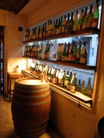 お店の外にも中にも、こんなふうにワインの瓶がずらり!カウンター席とワイン樽をテーブルにした席が2つのこじんまりとした、アットホームなお店です。