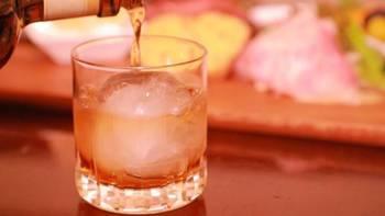 芳醇な香りを楽しむことができる、大人のお酒・ウイスキー。穀類を発酵・蒸留した後、樽で熟成し、長い年月をかけゆっくりと作られています。最近では美白・美容効果もあることから、女性の間でも注目が集まっているんです。