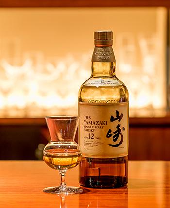 日本のウイスキーの定番「山崎」は、まろやかでハチミツのような甘さ。女性にも飲みやすいので、初めての方にもおすすめ。日本人のために作られ、繊細な味わいを感じることができます。