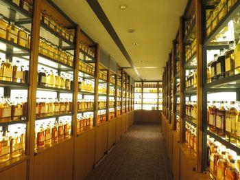 山崎蒸留所は工場を見学することができます。併設された山崎ウイスキー館には、数千本もの原酒が並ぶウイスキー・ライブラリーが。テイスティングカウンターではテイスティングをすることもでき、ウイスキーを心ゆくまで堪能できる場所です。