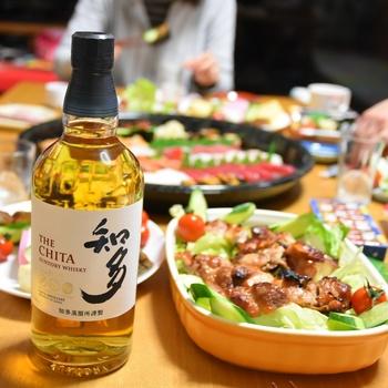 ハイボール向きのウイスキーとして作られた「知多」は、さっぱりとしていてふんわりと甘い香り。お料理と一緒に楽しむのに最適のウイスキーです。