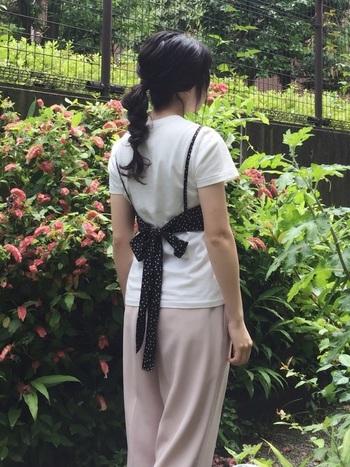 引き続き人気のジレやビスチェとの重ね着も相性が良いのが白いTシャツ!とにかく合わせやすいので、さまざまなデザインのビスチェを合わせて楽しみたいですね。