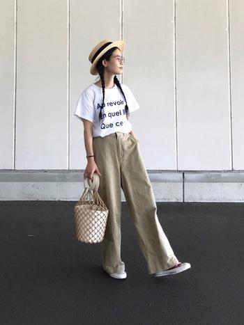 真っ白なTシャツでぜひ試したいスタイリングがこちら。太めのボトムにカンカン帽、そこに個性的なかごバッグをプラスして、トレンド感の中にもオリジナリティーのあるコーディネートに。