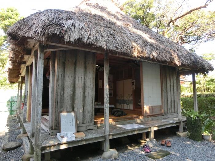 大河ドラマで話題の西郷隆盛が、奄美大島で約3年暮らした木造家屋が現在も龍郷町(たつごうちょう)に残されています。個人の所有している施設ではありますが、予約をして見学をすることが可能です。