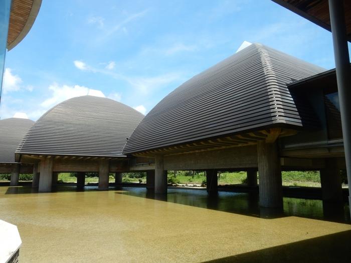 50歳で奄美大島に移住した日本画家である田中一村(たなかいっそん)は、奄美大島の亜熱帯植物や動物を描き続けました。そのコレクションが展示されているのが、「田中一村記念美術館」です。奄美の伝統的建物「高床倉庫」をイメージして設計された独特な建物ですが、中はとても落ち着いた雰囲気。年に4回作品が入れ替えられるので、何度訪れても一村の芸術を堪能できます。
