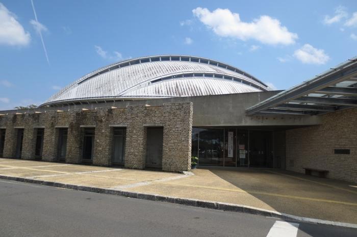 そんな「田中一村記念美術館」があるのは、奄美空港から車で約5分でアクセスできる「奄美パーク」の敷地内。空港から近いため、奄美大島から帰る日のフライト前に立ち寄るのもおすすめです。田中一村の描く美しい世界観を感じに、ぜひ訪れてみてくださいね。