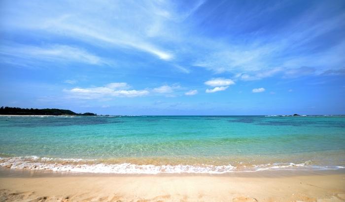 奄美大島での海水浴を楽しみたい!という方は、「土盛海岸」へ足を運んでみましょう。「土盛海岸」は、奄美空港から車で5分程度でアクセスできる、空港から一番近いビーチです。白い砂浜、そして美しい海を目の前に、はしゃがずにはいられません!