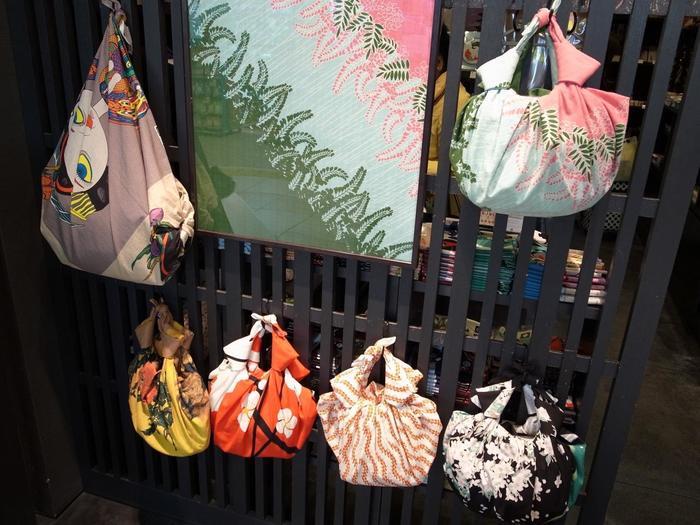 風呂敷は結んでバッグにもでき、京都土産としても最適なテイストですね。