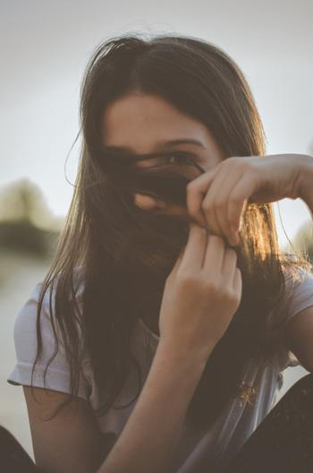 では、相手の目を見れば思いが伝わり正当に評価されるかというと、そう簡単にはいかないところ。「見なくては」と思うあまりに凝視するようだと却って失礼に当たる場合もあります。