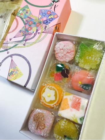 京菓子の中でもひときわ華やかな半生菓子はやはり人気の存在。全国の百貨店催事などにもよく登場する有名店「高野屋貞弘」の半生菓子は、おいしさはもちろん、その彩りとかわいさで、女性やお子さまへのお土産に喜ばれるお菓子です。