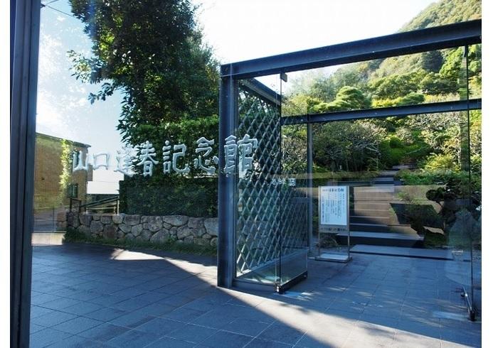 アトリエの設計は、東京美術学校(現・東京芸大)で同窓だった吉田五十八。 館内には山口の作品および彼が集めた各国美術品のコレクションを展示しているほか・・・↓