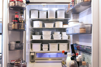 冷蔵庫の中に、ずらりと並べられた野田琺瑯。スタッキングも可能なので、整理整頓がしやすく、中に何が入っているのかをマジックペンでラベルに書きこんでおけば、迷わず取り出せそうですね。日付も一緒に書いておくと、食べ忘れ防止にもなります。
