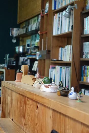 壁の本棚には本がぎっしり。読書しながらゆっくりと過ごせます。  お店の名前にちなんでいるのか、随所に見受けられる「かも」のイラストやオブジェにほっこり。