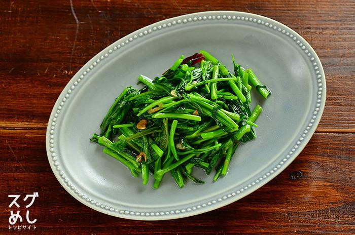 日本でもスーパーで夏になると販売されることも多くなる空芯菜。  中国だけでなく、タイやベトナム、台湾、マレーシアといった国々でもメジャーな副菜です。  ニンニクとお醤油でさっと強火で炒めたら、すぐに完成しますよ。 唐辛子の量で辛味を調整するとgood!  小エビを入れたり、ナンプラーを入れて東南アジア風にしても美味しいです♪