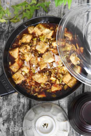 普段甘めの麻婆豆腐に慣れている方は衝撃を受けるであろう四川風麻婆豆腐。  中国の四川省を中心とした地域で食されている麻婆豆腐で、びりびりとした刺激がクセになる花椒(ホアジャオ)が味の決め手になっています。  そのまま食べても美味しいのはもちろん、ほかほかの白いご飯の上にかけたり、固めに焼いた焼きそばやお素麺にかけても美味しくいただけますよ。