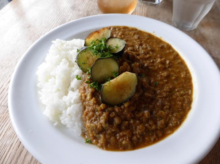 ランチメニューは「日替わりごはん」や各種の「カレー」などが選べます。こちらはじゅわっとおいしい揚げ茄子をトッピングしたレンズ豆としいたけのカレー。