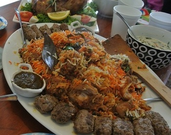 インドやパキスタンを中心におもてなし料理としておなじみの料理「ビリヤニ」。 日本でいう「ピラフ」「炊き込みご飯」のような料理です。  水分少なめのバスマティライスとたっぷりのスパイスで炊くビリヤニは、日本にもファンが多いインド・パキスタン料理となっています。