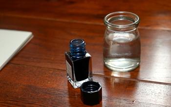 ガラスペンの使い方も簡単。用意するものはガラスペンと紙、一般的な水性のインクの他に、水とティッシュだけ。